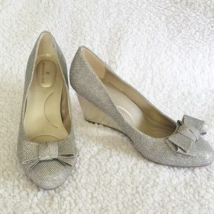 Bandolino Silver Gold Sparkle Bow Wedge Heels 6.5